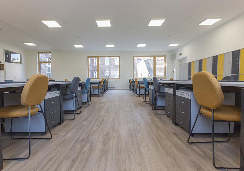 Tanári asztalok és székek